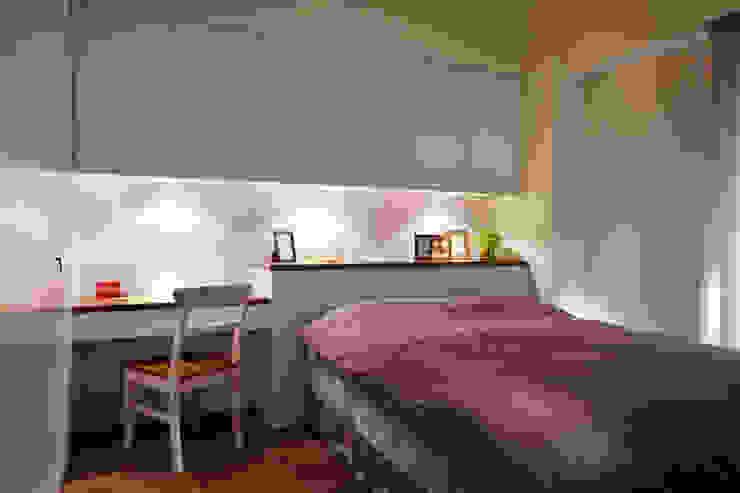 床頭上方的橫梁所營造的壓迫感利用床背櫃來改善 根據 弘悅國際室內裝修有限公司 鄉村風 MDF