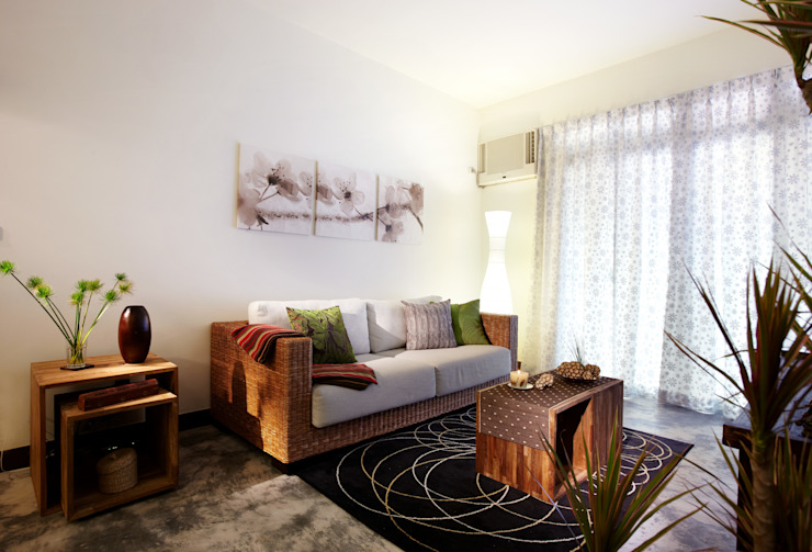 藤編沙發搭配柚木實木木箱,既可坐又可放,增添空間的隨意感 根據 弘悅國際室內裝修有限公司 日式風、東方風 實木 Multicolored