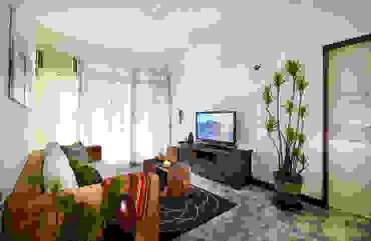 實木矮櫃有滿滿的南洋風情,搭配水泥地板別有一番風味 根據 弘悅國際室內裝修有限公司 日式風、東方風 實木 Multicolored