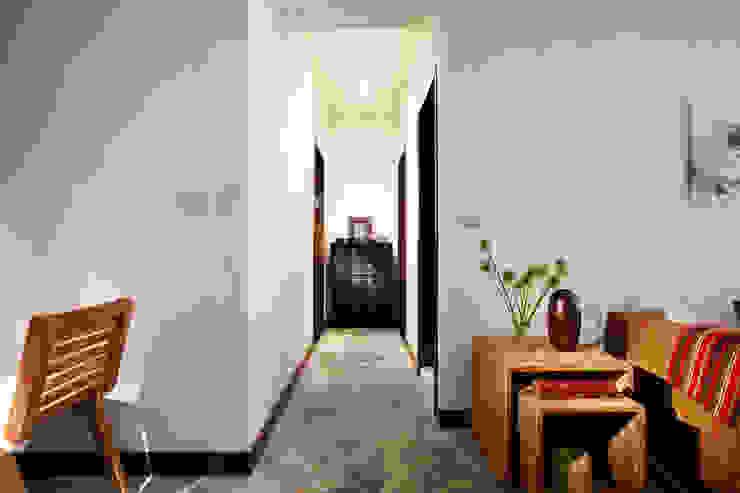 不可避免的過道透過燈光的修飾以及老件傢俱的搭配與水泥地坪的調和形成遠處的端景 Asian style corridor, hallway & stairs by 弘悅國際室內裝修有限公司 Asian Concrete