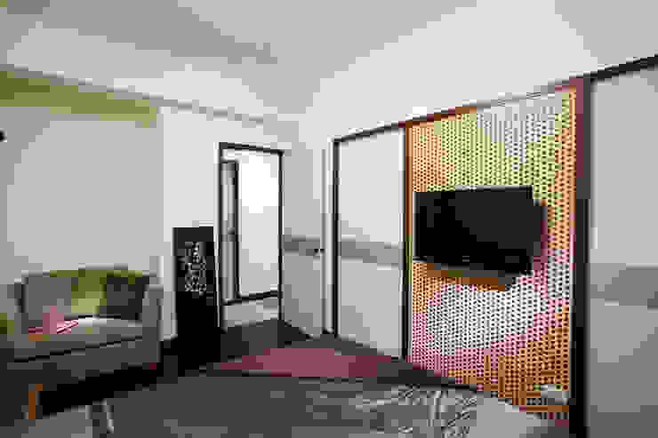 竹編電視主牆搭配烤漆玻璃,企求在現代簡潔與南洋風情取得平衡 根據 弘悅國際室內裝修有限公司 日式風、東方風 竹 Green