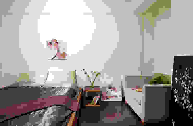 閒適的1-2人沙發,借用建物的原始構造形塑框架界定床位 根據 弘悅國際室內裝修有限公司 日式風、東方風 水泥