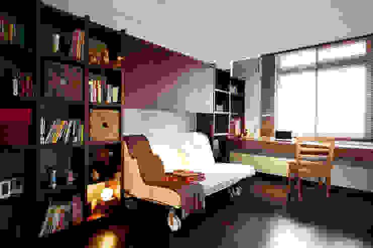 書房的收納強大,深色木作增添安穩沈靜的質感 根據 弘悅國際室內裝修有限公司 日式風、東方風 木頭 Wood effect