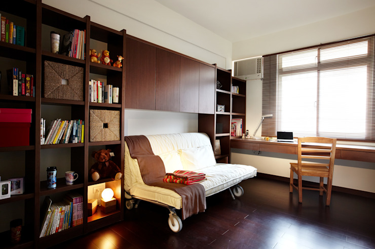 多功能的沙發床,平時是閱讀放鬆的沙發,客到即刻變身為彈性調整的雙人床 根據 弘悅國際室內裝修有限公司 日式風、東方風 木頭 Wood effect