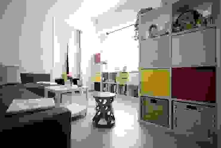 入口玄關與客廳區域 现代客厅設計點子、靈感 & 圖片 根據 大觀創境空間設計事務所 現代風