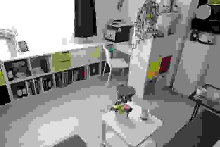 照片中為客廳區,上方的區域為男主人的工作與閱讀區,下方為沙發休息區。 现代客厅設計點子、靈感 & 圖片 根據 大觀創境空間設計事務所 現代風
