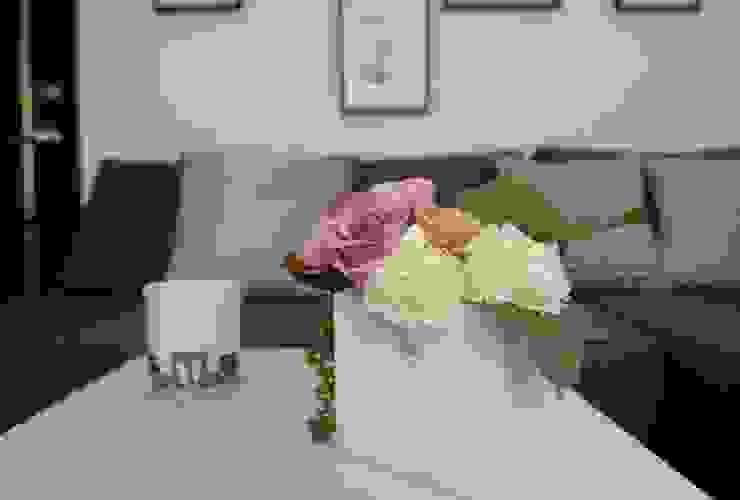客廳就以淺天空藍來營造空間氣氛。 现代客厅設計點子、靈感 & 圖片 根據 大觀創境空間設計事務所 現代風