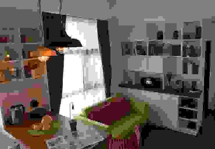 設計師為業主設計組合排列的專屬系統櫃家具,活潑多樣的櫃子,為空間增添多變組合的收納可能也更具質感。 现代客厅設計點子、靈感 & 圖片 根據 大觀創境空間設計事務所 現代風