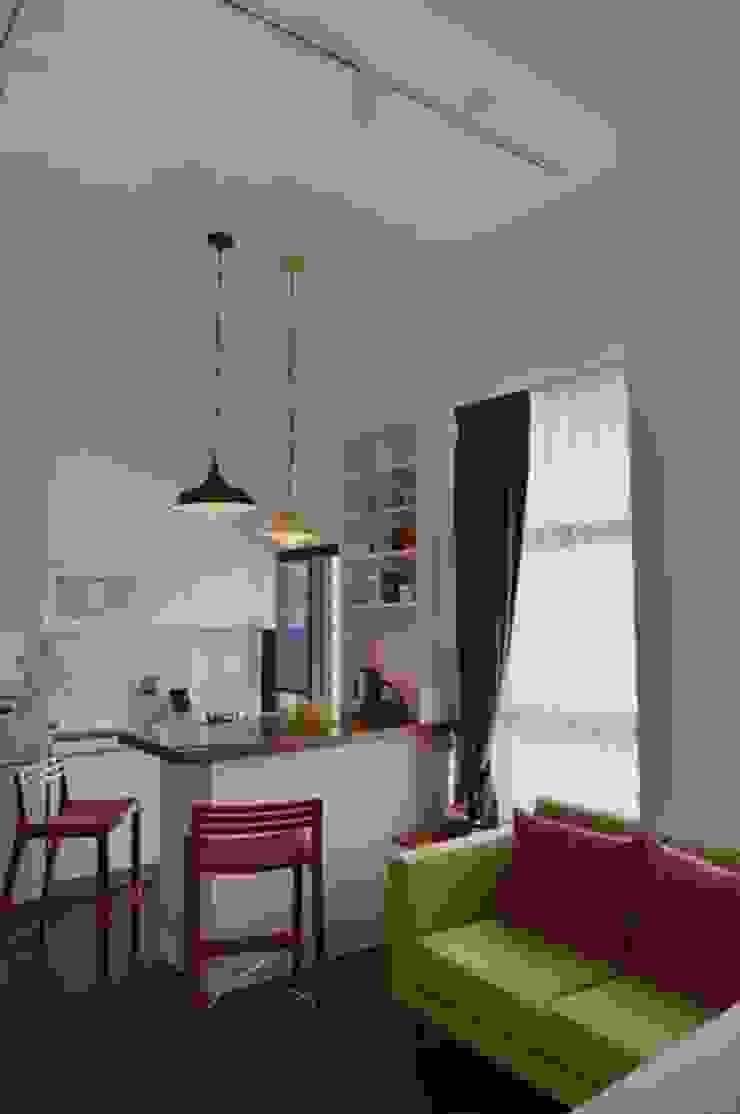 由於空間的高度很夠,是3米6,所以在吧檯和燈具的配置上,形成了一種比例上的美感 現代廚房設計點子、靈感&圖片 根據 大觀創境空間設計事務所 現代風