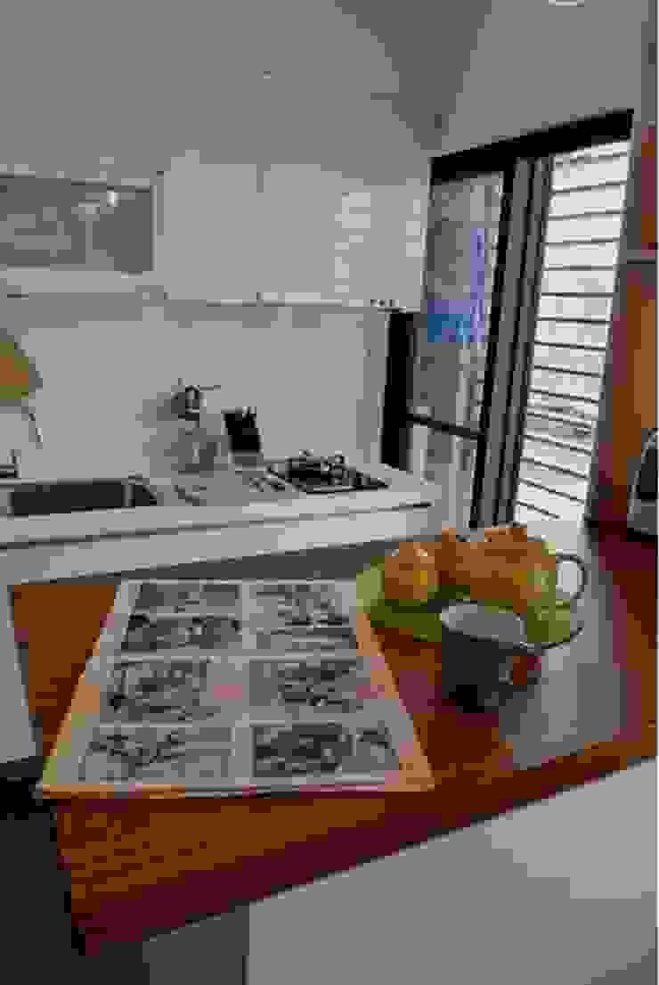廚房的櫃體選用白色系列,會讓空間更清爽 現代廚房設計點子、靈感&圖片 根據 大觀創境空間設計事務所 現代風