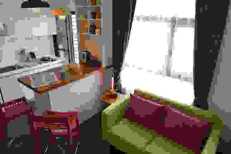 突出的沙發和高腳椅能在這樣的舞台空間盡情揮灑。 现代客厅設計點子、靈感 & 圖片 根據 大觀創境空間設計事務所 現代風