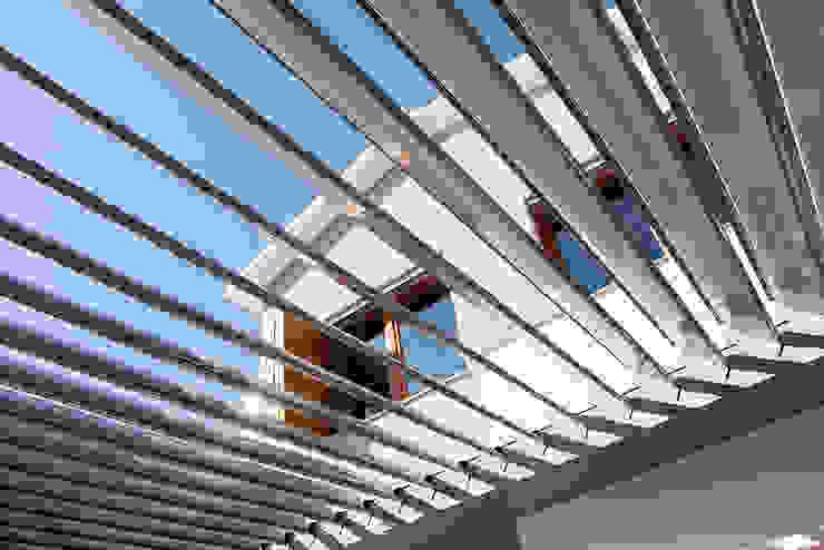 Casa en Sant Pau d'Ordal Balcones y terrazas de estilo moderno de Silvia R. Mallafré Moderno