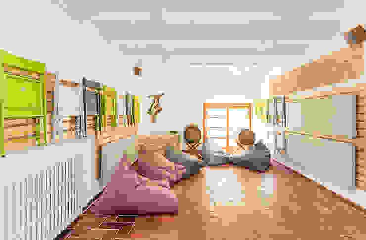 Garage/Rimessa in stile moderno di Silvia R. Mallafré Moderno
