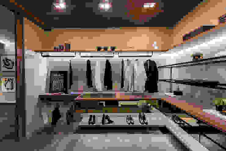 Dressing room by juliano burali arquitetura, Modern Wood Wood effect