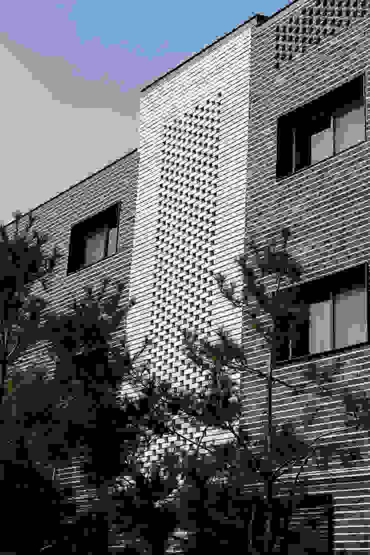 결무리집_인천시 중구 운서동 3047-10 상가주택 모던스타일 차고 / 창고 by AAG architecten 모던