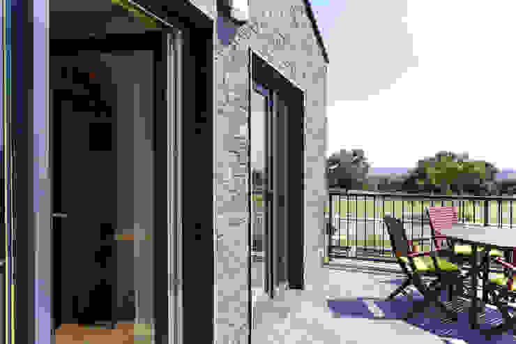 Moderne balkons, veranda's en terrassen van Casas Cube Modern