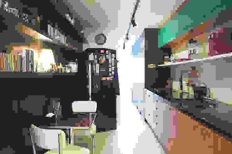 Cocinas de estilo moderno de Lelalo - arquitetura e design Moderno Madera Acabado en madera