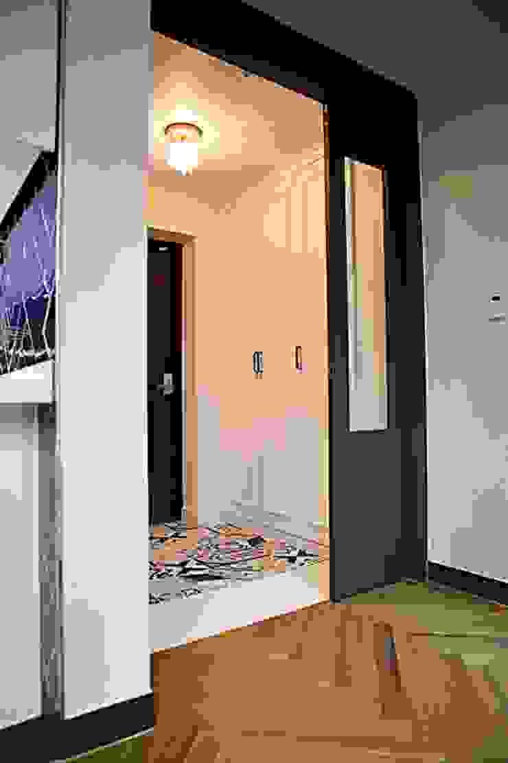 모던한 분위기의 신혼집 아파트 인테리어 모던스타일 복도, 현관 & 계단 by 주식회사 큰깃 모던