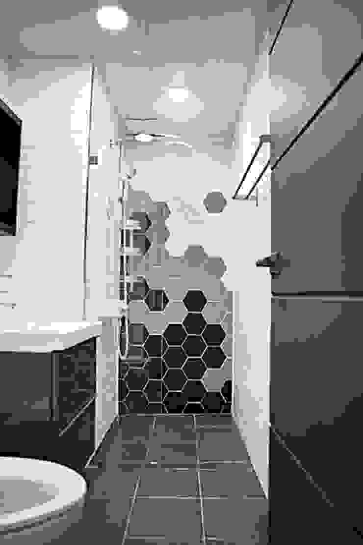 모던한 분위기의 신혼집 아파트 인테리어 모던스타일 욕실 by 주식회사 큰깃 모던