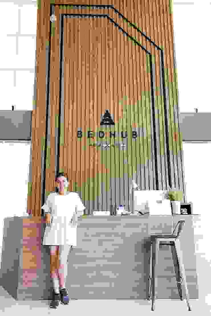 Backdrop and Counter Reception: ด้านอุตสาหกรรม  โดย INNHOMEDESIGNSTUDIO, อินดัสเตรียล ไม้จริง Multicolored
