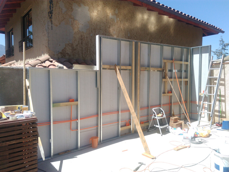 Construcción de pared de apoyo de parrilleras Balcones y terrazas modernos de homify Moderno