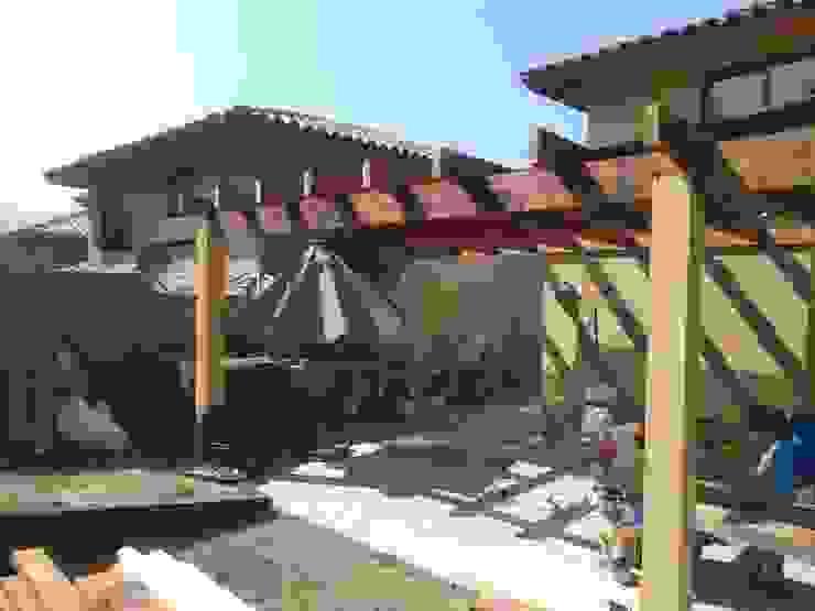 Montaje de estructura de madera Balcones y terrazas modernos de homify Moderno