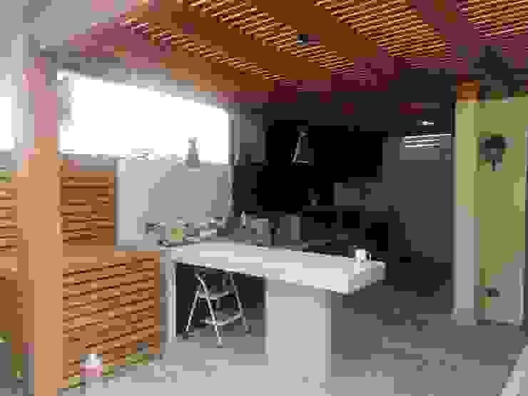 Mesones y techo de Quincho Balcones y terrazas modernos de homify Moderno