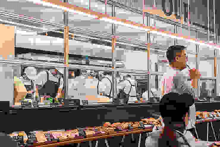 Our Bakery, Beijing 모던 스타일 쇼핑 센터 by studio xsxl 모던