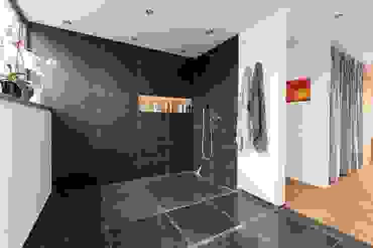 Ванные комнаты в . Автор – pickartzarchitektur, Минимализм Плитка