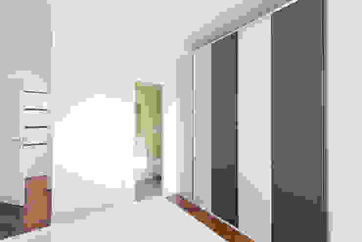Phòng ngủ phong cách hiện đại bởi Grippo + Murzi Architetti Hiện đại