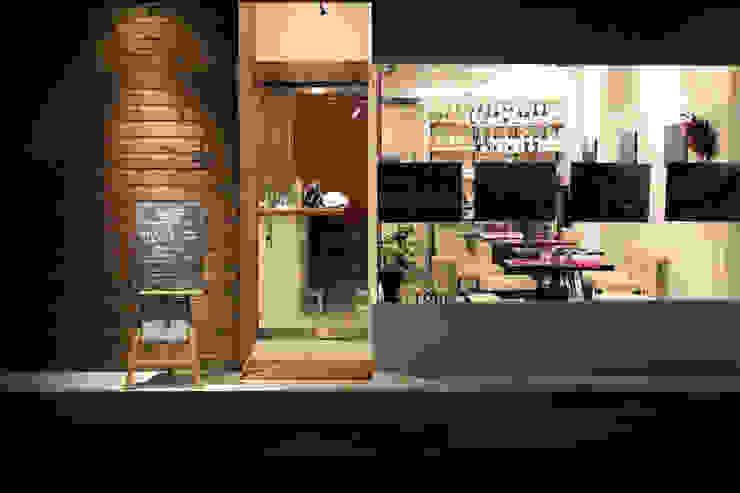 レストラン 外観デザイン モダンなレストラン の 空間設計カラー店舗設計事務所 モダン 無垢材 多色