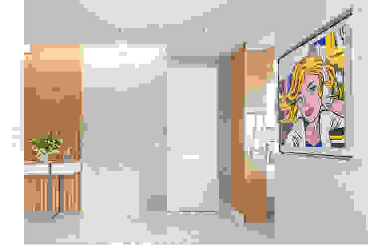 Ayuko Studio Modern corridor, hallway & stairs