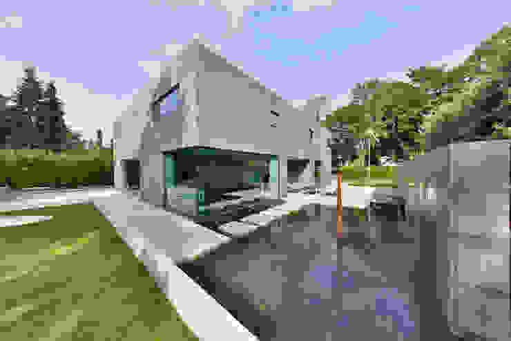 Nieuwbouw vrijstaande woning Moderne tuinen van studio architecture Modern Beton