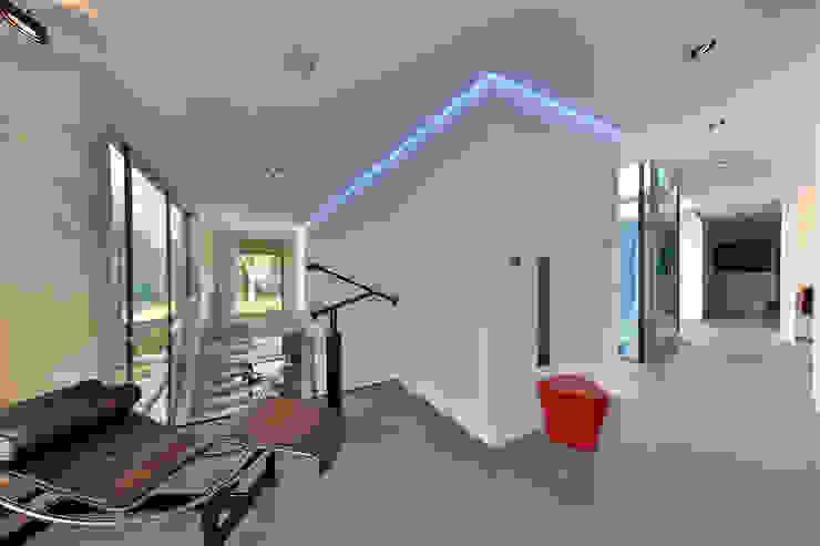 Nieuwbouw vrijstaande woning Moderne gangen, hallen & trappenhuizen van studio architecture Modern Beton