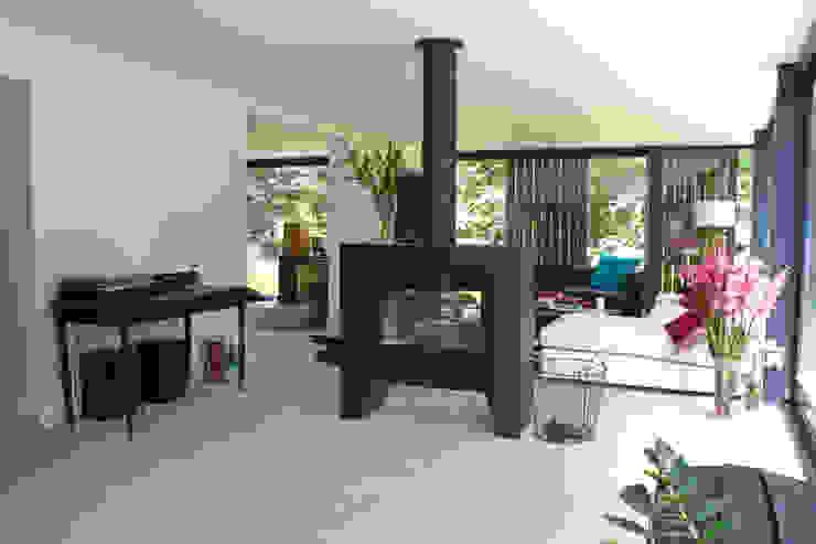 Ruang Keluarga Modern Oleh studio architecture Modern Beton