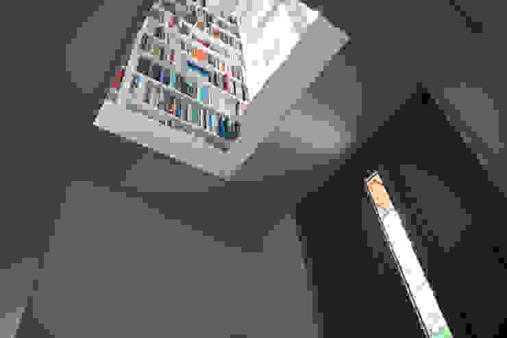Flur & Diele von studio architecture, Modern Beton