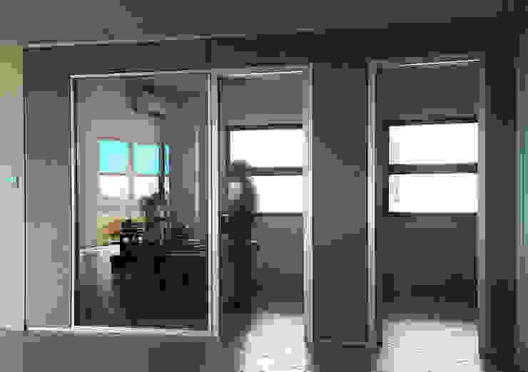 Edificios de oficinas de estilo moderno de Arch. Alfredo Bandini Moderno