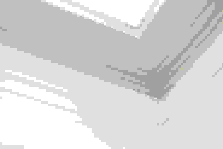 Detalle de moldura del techo RENOarq Escuelas Blanco