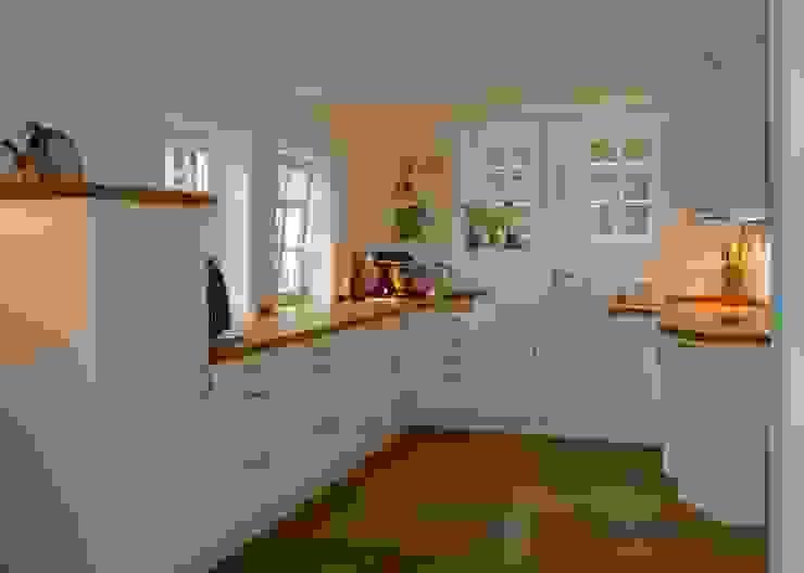 Landhausküche deckend weiß lackiert HENCHE Möbelwerkstätte Landhaus Küchen Massivholz Weiß