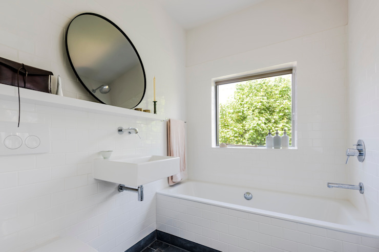 Bathroom Phòng tắm phong cách hiện đại bởi homify Hiện đại Gạch ốp lát