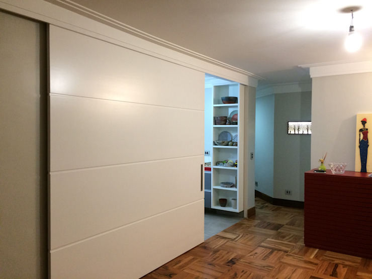 Porta de correr de 2.50m divisória sala estar e cozinha Cozinhas modernas por Lucia Helena Bellini arquitetura e interiores Moderno MDF