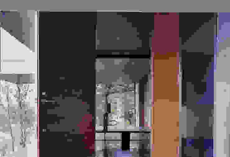 玄関ホール: 株式会社ラウムアソシエイツ一級建築士事務所が手掛けた廊下 & 玄関です。
