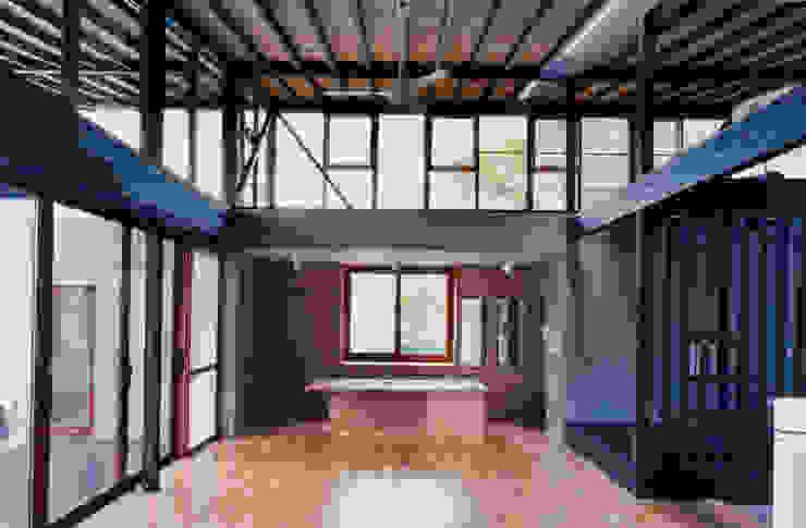 キッチンと上部のロフト: 株式会社ラウムアソシエイツ一級建築士事務所が手掛けたキッチンです。