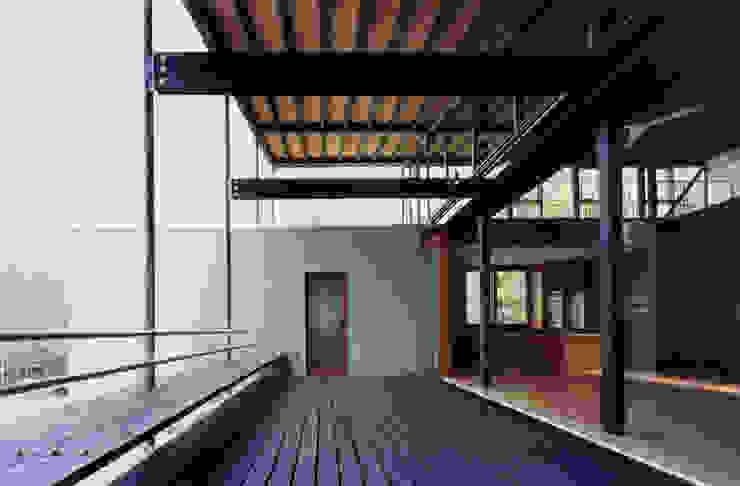 居間と連続するテラス2: 株式会社ラウムアソシエイツ一級建築士事務所が手掛けたテラス・ベランダです。