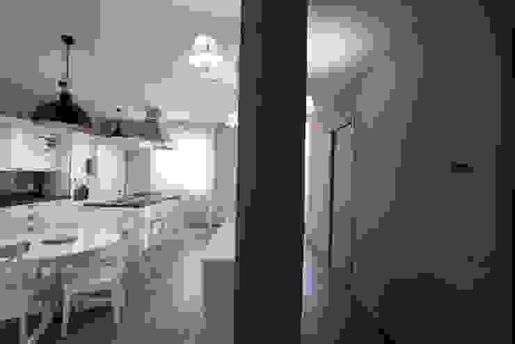 Appartamento Stile Shabby Chic Rustico T_C_Interior_Design___ Ingresso, Corridoio & Scale in stile rustico