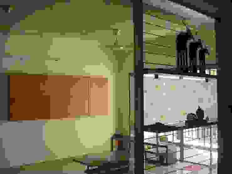 A retreat Apartment Living Space Modern living room by MRJ ASSOCIATES ARCHITECTS Modern