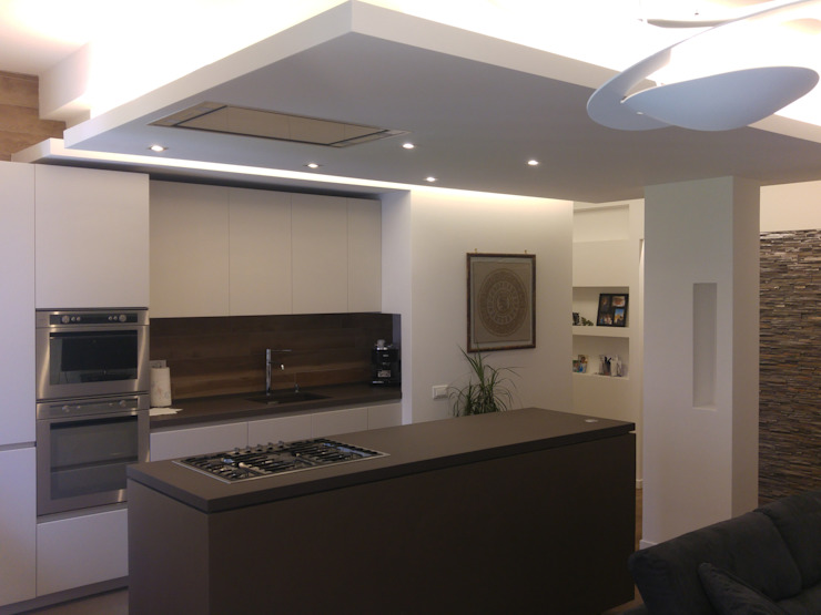 Cucina open space all'americana inserita nella zona Living dell'appartamento Cucina moderna di Luca Palmisano Architetto Moderno
