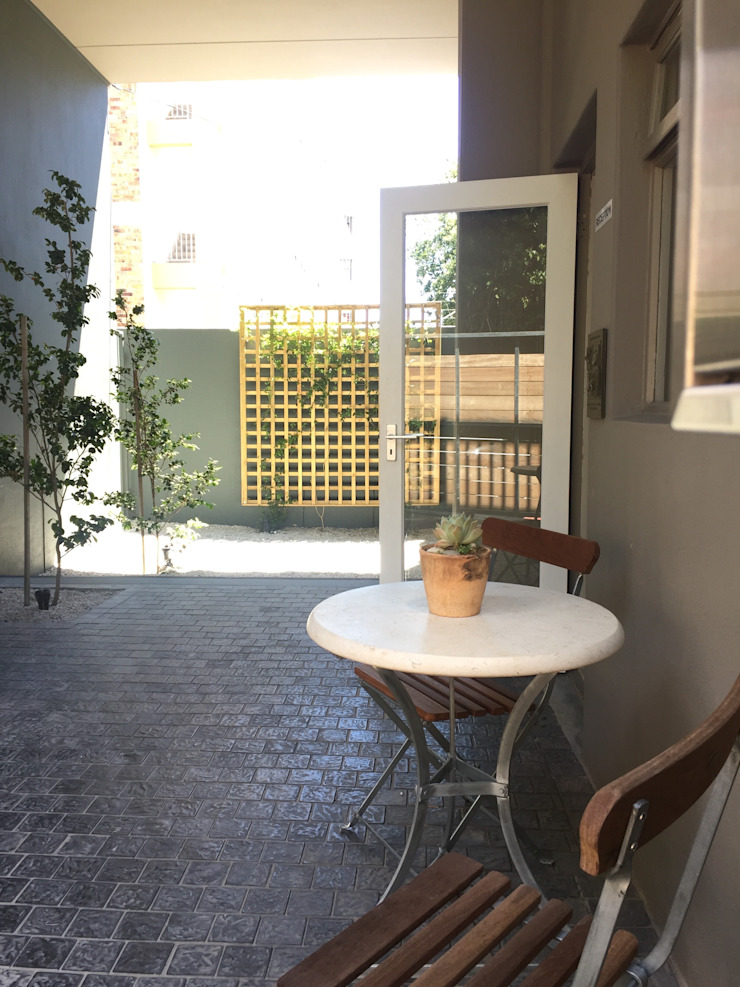Entrance Courtyard - After: minimalist  by Turquoise , Minimalist
