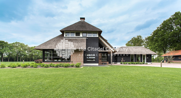Rietgedekte landelijke villa Landelijke huizen van Architectenbureau The Citadel Company Landelijk