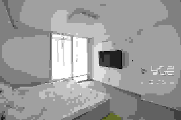 Dormitorios modernos: Ideas, imágenes y decoración de 남다른디자인 Moderno